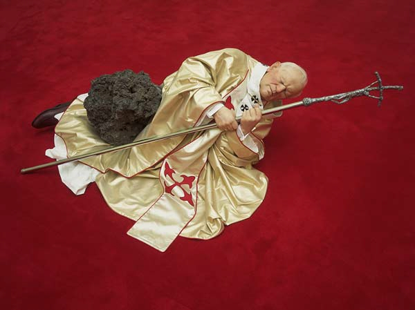 Sculpture_catellan_pope01_lanonaora